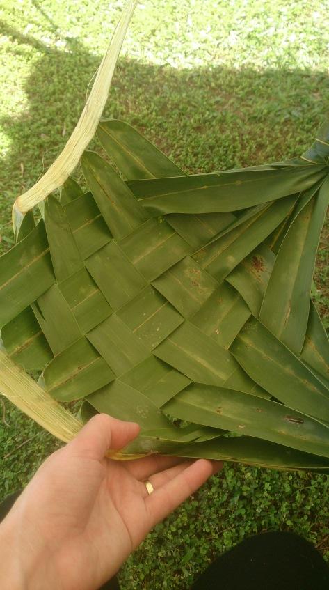 Weaving a plate Apia